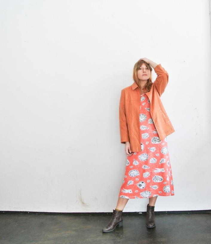 70er Jahre Shirt-Print-Kleid mit 90er Kunstleder-Jacke.